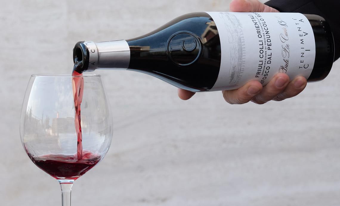 Come Versare il Vino: Tutte le Regole da Osservare