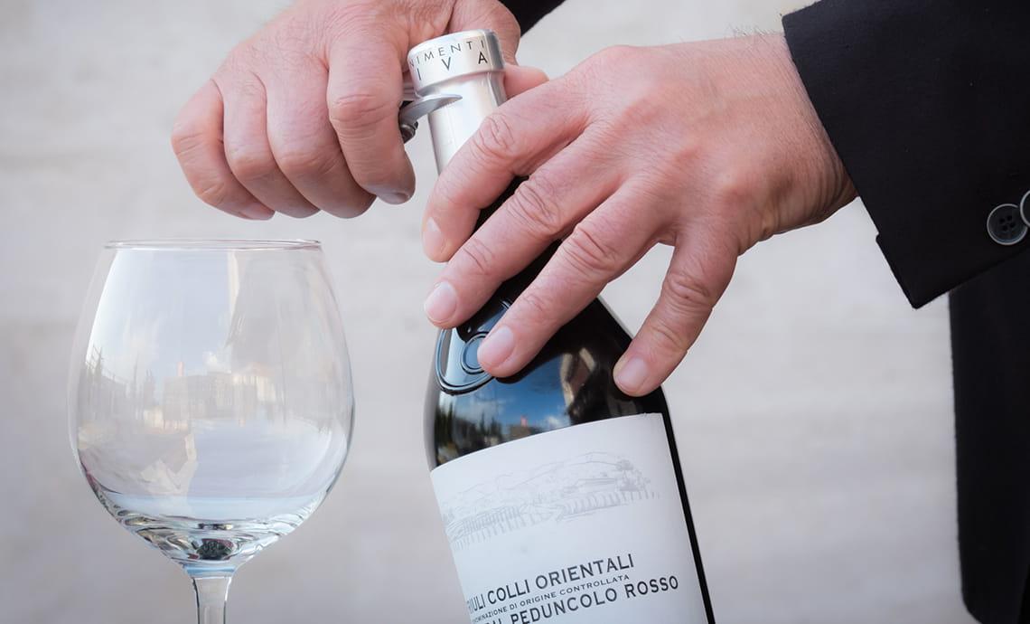 Come Aprire una Bottiglia di Vino Fermo e Spumante: I Passaggi Corretti