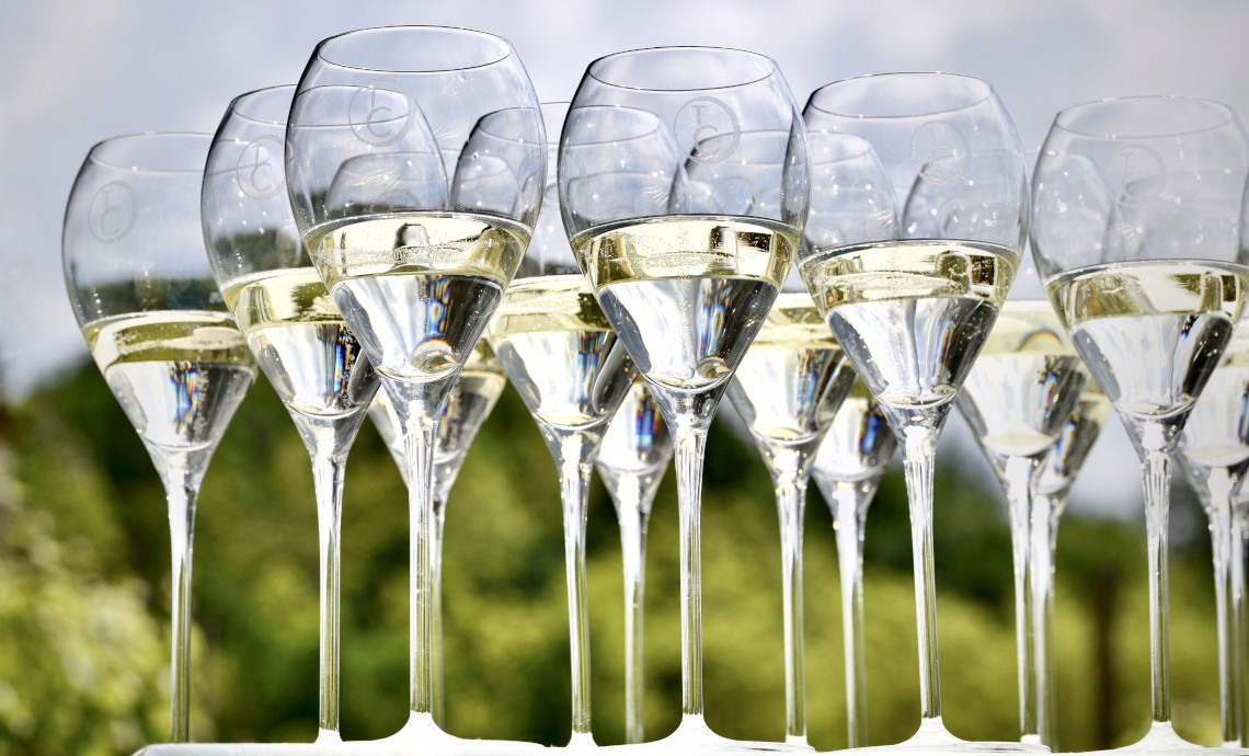 WHY SPARKLING WINE HAS BUBBLES. HOW BUBBLES FORM, GROW AND BURST